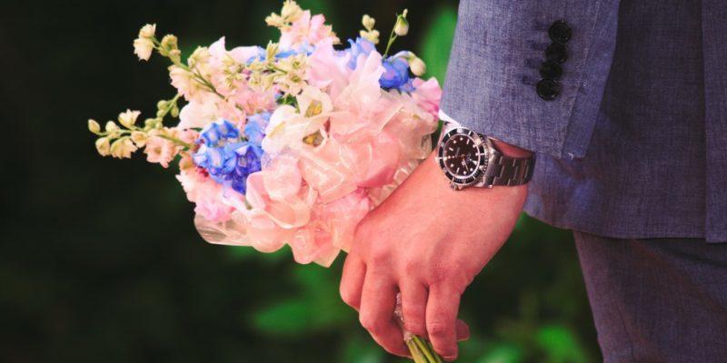 手に花束を持っている