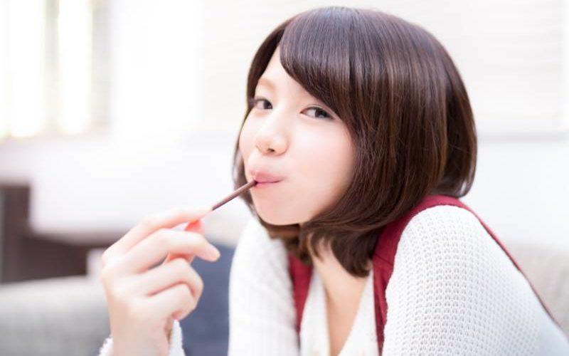 ポッキーを食べる女性