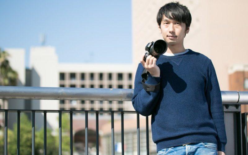 カメラを持つ青年