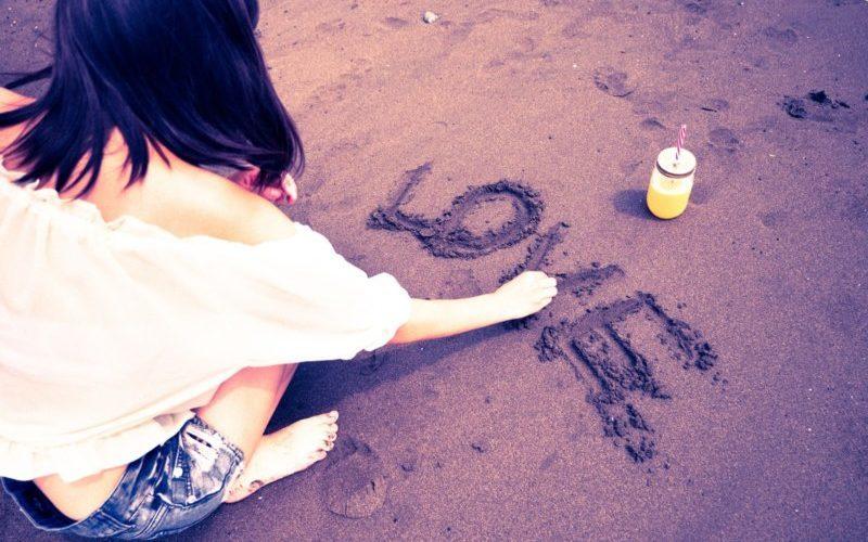 砂浜にLOVEの文字