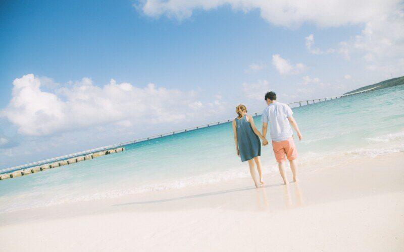 砂場を歩くカップル