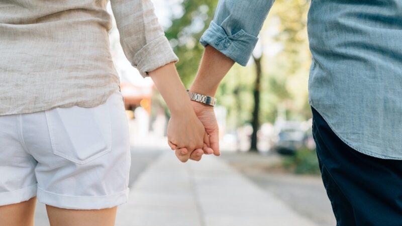 男女で手を繋ぐ
