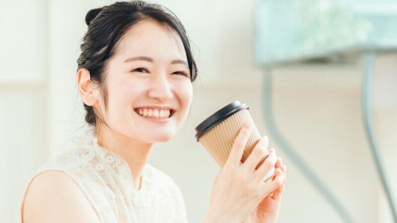 笑顔でコーヒーを飲む